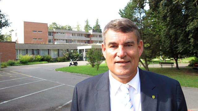 Christian Amsler vor dem kantonalen Pflegezentrum.