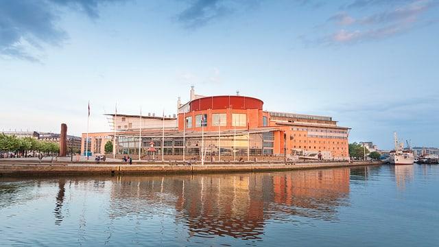 Blick auf ein Gebäude, umgeben von Wasser.