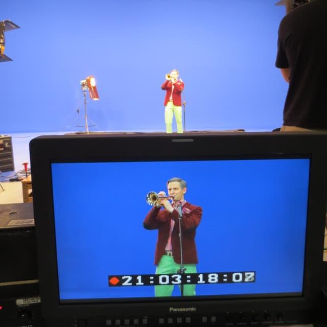 Fabian Unteregger als Rainer Maria Salzgeber im Studio bei den Dreharbeiten für das Prominentne Special