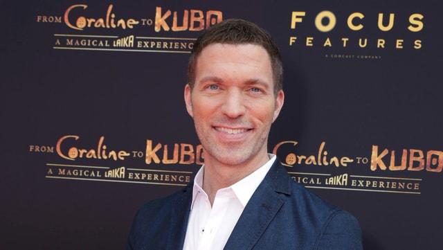 Regisseur Travis Knight auf dem roten Teppich.