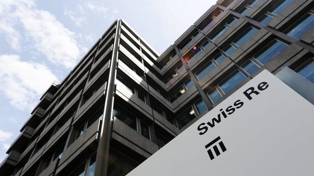 Il logo da Swiss Re sin ina tavla davant in bajetg dal reassicurader.