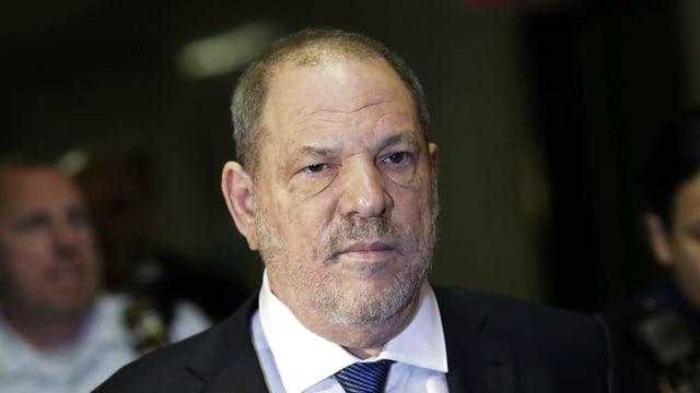 Harvey Weinstein älterer Mann im Anzug mitz ernstem Gesicht.