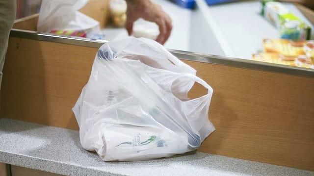 Satg da plastic da bittar emplenì a la cassa.