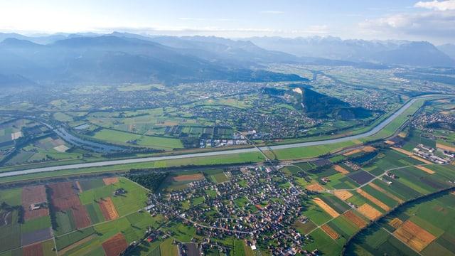 Blick aus dem Heissluftballon auf das Rheintal mit den Dörfern Kriessern, Maeder und dem Kummaberg.