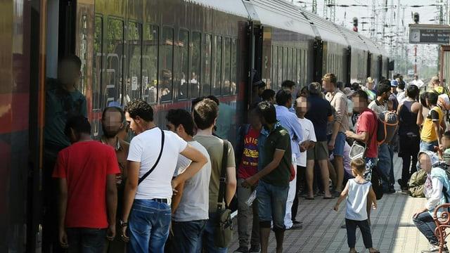 Ils fugitivs a la staziun a tren a Budapest.