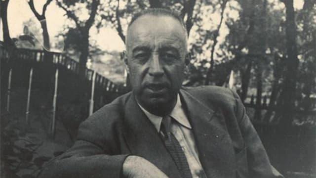 Juan Planelles in Anzug mit Krawatte in Park.