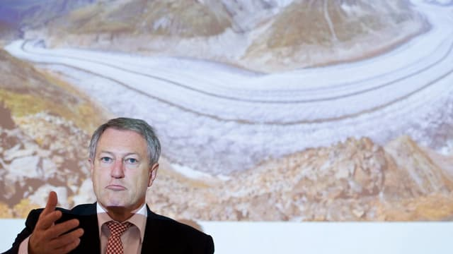 Der damalige Mobiliar-Chef im Mai 2011 an der Uni Bern vor einem Bild des Aletschgletschers
