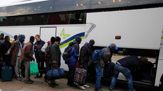 Fugitis vegnan transportads cun bus en auters champs en Frantscha.