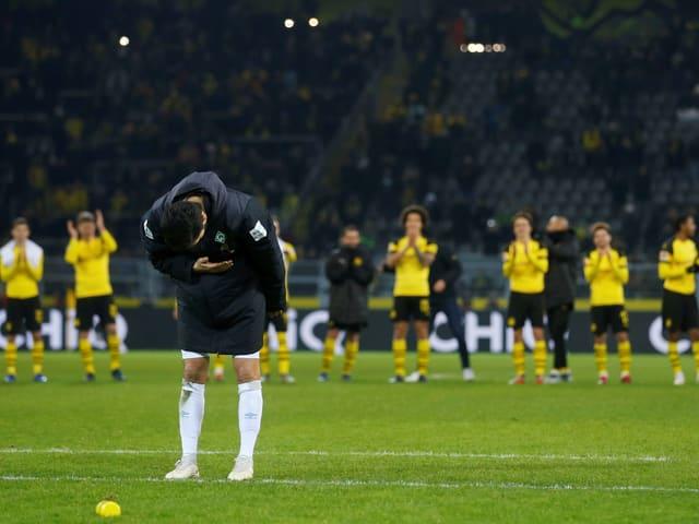 Nuri Sahin verneigt sich vor den BVB-Fans.