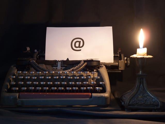 alte Schreibmaschine mit Kerze weist auf Hörspiel-Newsletter hin.