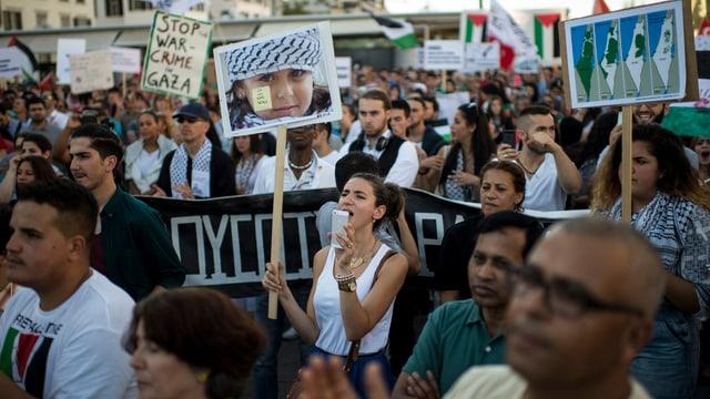 Menschen auf der Strasse, demonstrierend gegen Beschuss von Gaza.