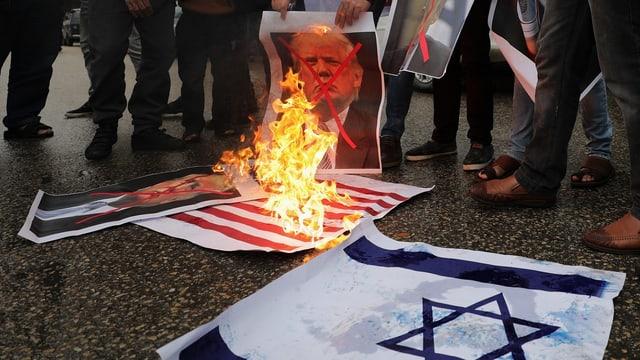 Proteste im südlichen Gaza-Streifen: Palästinenser verbrennen die israelische und die US-Flagge plus Trumps Konterfei.