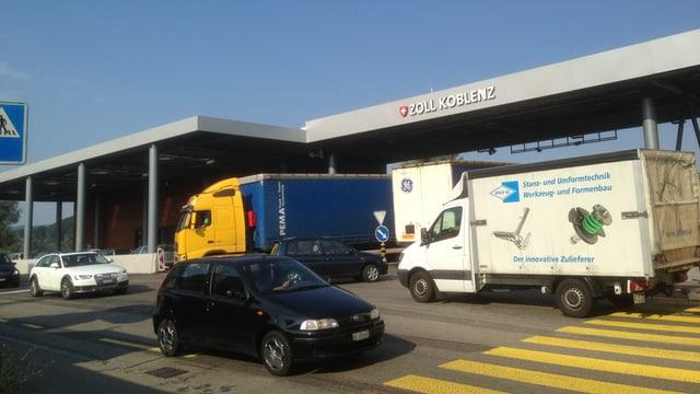 Lastwagen und Autos vor dem Zoll in Koblenz.