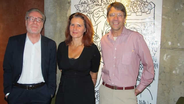 Zwei Männer und eine Frau vor Kunstwerk