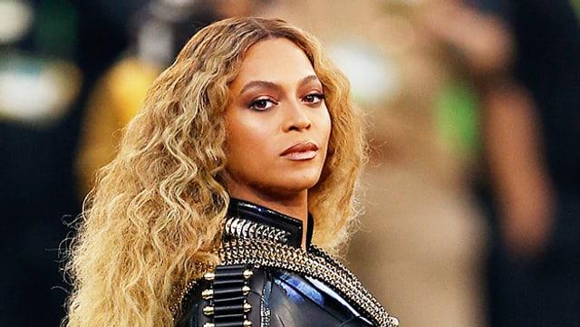 Beyoncé bei ihrem Superbowlauftritt guckt in die Kamera.