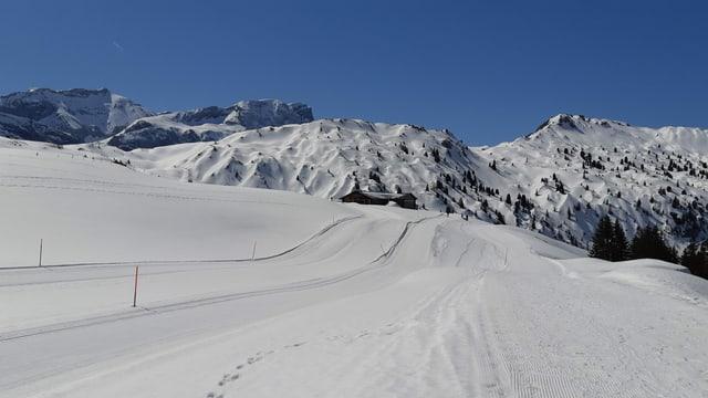 Winterlicher Betelberg unter wolkenlosem Himmel.