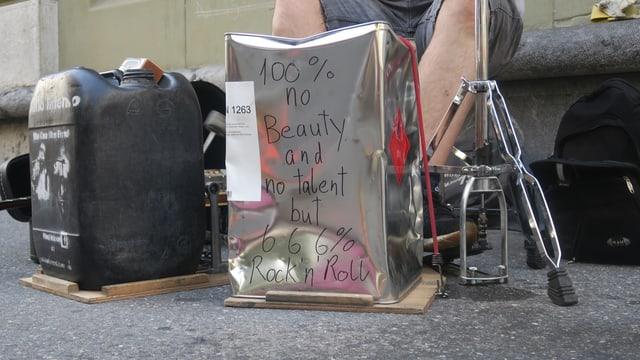 Ein schwarzer Plastikkanister und ein Blechkanister mit Aufschrift