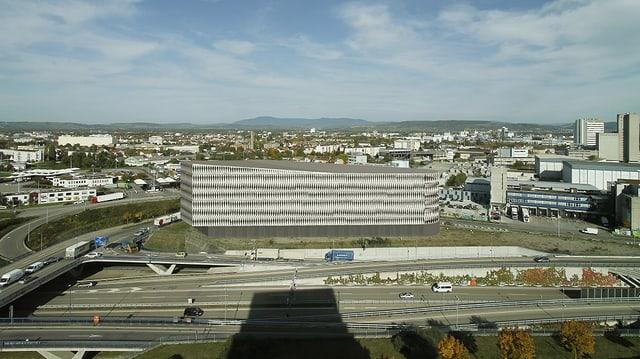 Geplantes Gebäude hinter Autobahn