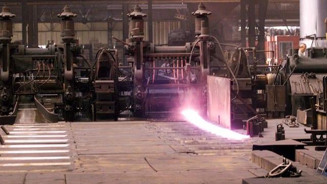 Auf einer Eisenwalze im Stahlwerk Gerlafingen wird Eisen gepresst.