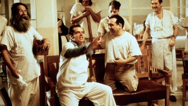 Zu sehen sind fünf weiss gekleidete Patienten in einer Psychiatrischen Klinik.