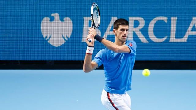 Novak Djokovic spielt eine Rückhand.