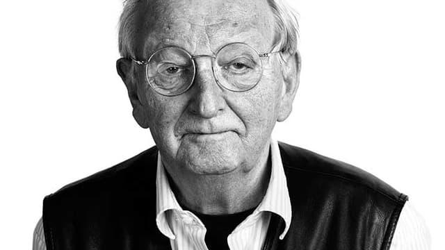 Porträt eines älteren Herrn mit Brille.