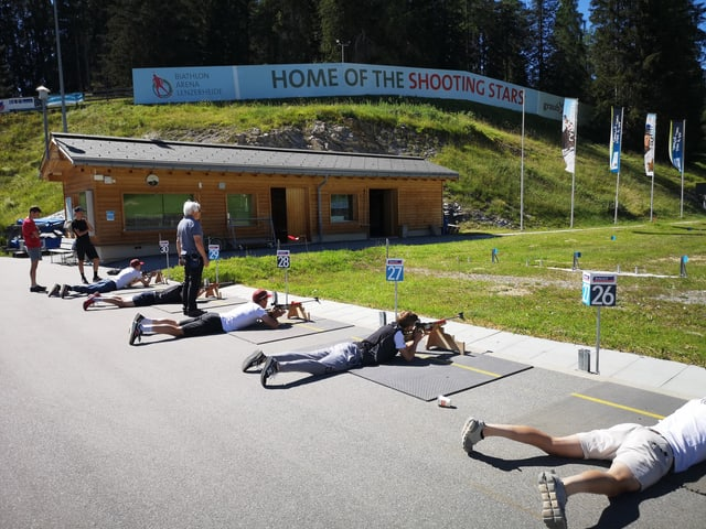 Ciclists en venter vid sajettar cun la buis