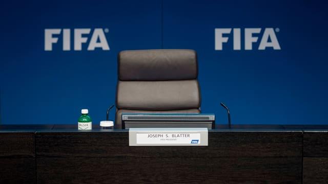 Leerer Stuhl von Sepp Blatter an der Pressekonferenz zu seinem Rücktritt