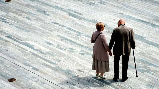 Ein altes Paar steht auf dem Sechseläutenplatz in Zürich.