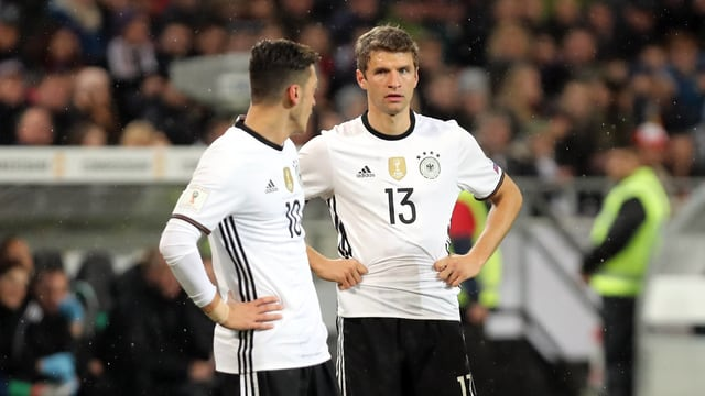 Mesut Özil (l.) und Thomas Müller.