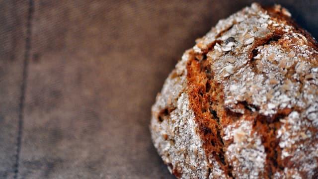 Ein Brot auf einem Tisch.