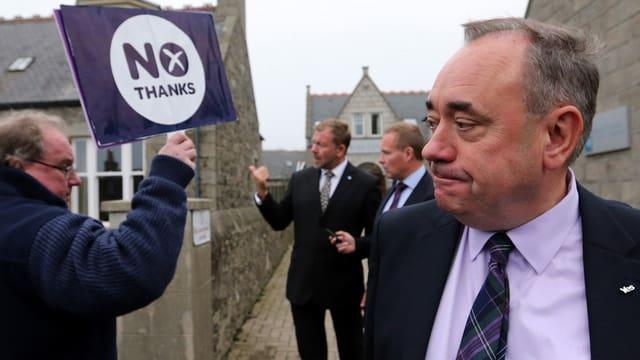 Ein Schotte hält ein Zettel, auf dem Nein steht in die Luft.