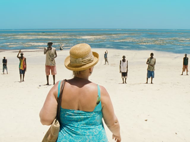 Die ledige Mutter Teresa (Margarethe Tiesel) am Strand von Kenia auf der Suche nach einem Lover Boy.