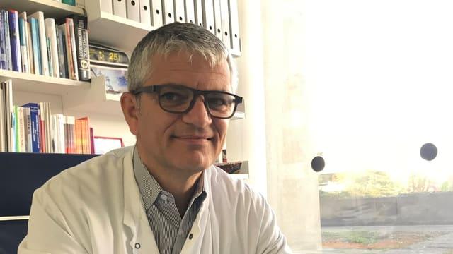 Manuel Battegay in seinem Büro