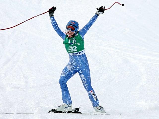 Lara Gut steht nach einem Sturz im Zielraum von St. Moritz und lässt sich von den Zuschauern feiern.