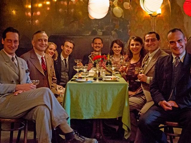 Gruppenbild aus dem Film «Es war einmal in Deutschland» mit dem Schweizer Anatole Taubman rechts.