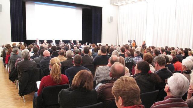 Eine Versammlung im vollen Saal