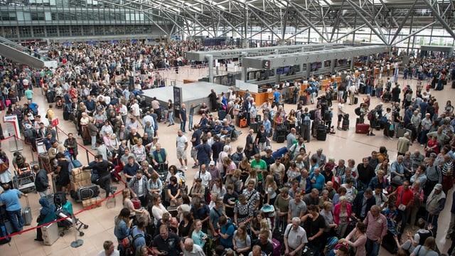Tausende warten in der Halle des Flughafens Hamburg