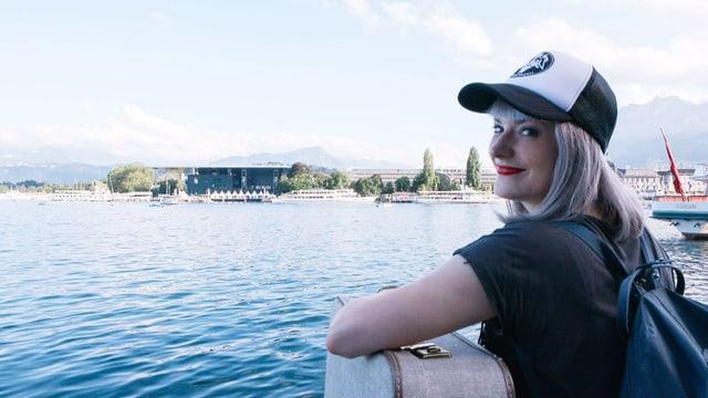 Tina Nägeli mit Blick auf das Blue Balls Festival in Luzern.