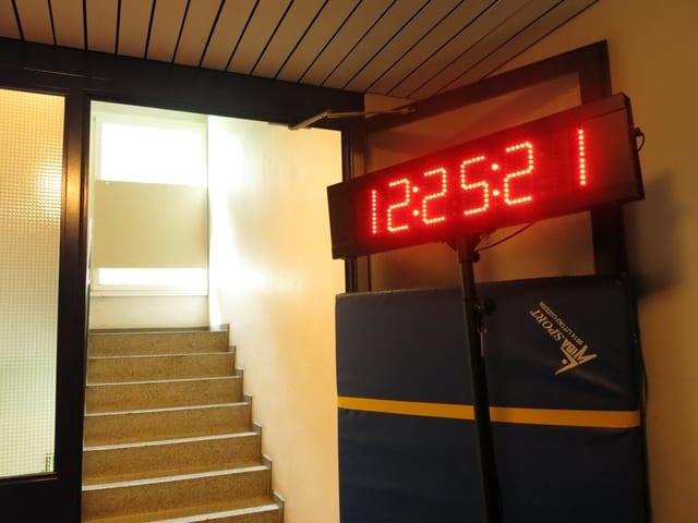 Zeitmessanlage im Treppenhaus-Erdgeschoss.