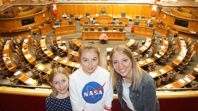Anna, Livia und Silja im Nationalratssaal.