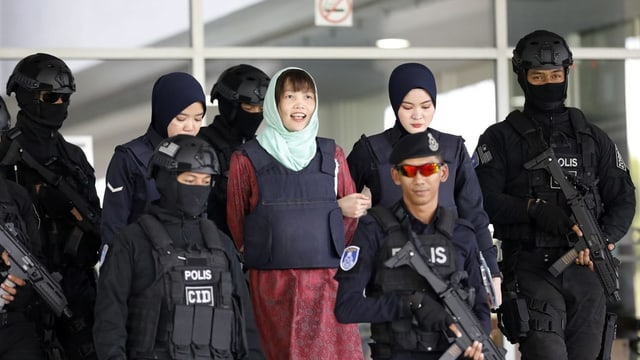 Die Angeklagte wird nach der Urteilsverkündung von Polizisten aus dem Gerichtssaal eskortiert.