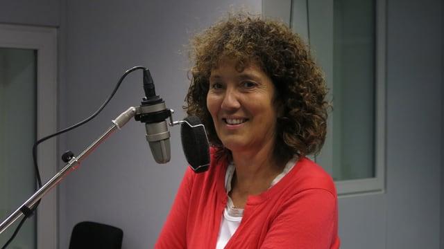 Eine Frau vor einem Mikrofon.