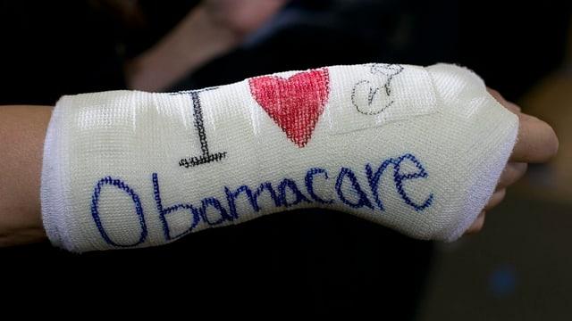 Ein Armgips mit der Aufschrift: Ich liebe Obamacare.