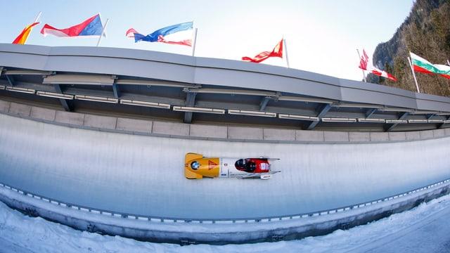 Rico Peter rast im Zweierbob durch den Eiskanal in Königssee.