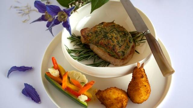 Schweinesteak vom Nierstück mit Birnenkroketten und Gemüsestreifen im Zucchinibottich.