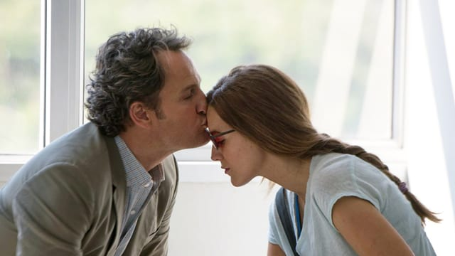 Jason Clarke küsst Blake Lively im Rahmen des Films auf die Stirn.