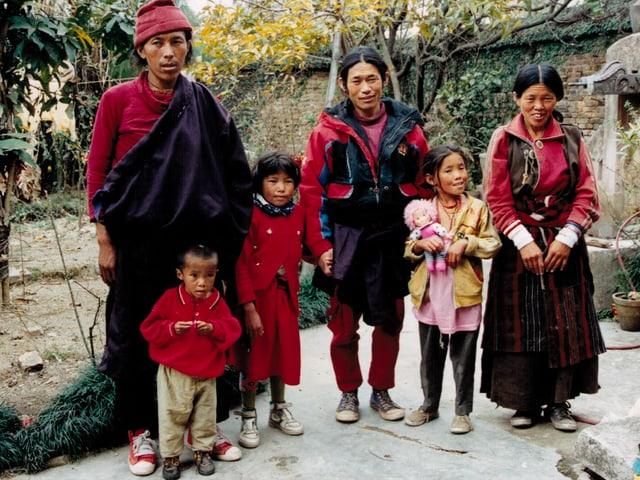 Familienfoto von 1995: Pema als kleiner Junge mit seiner Familie in traditioneller nepalesischer Kleidung.