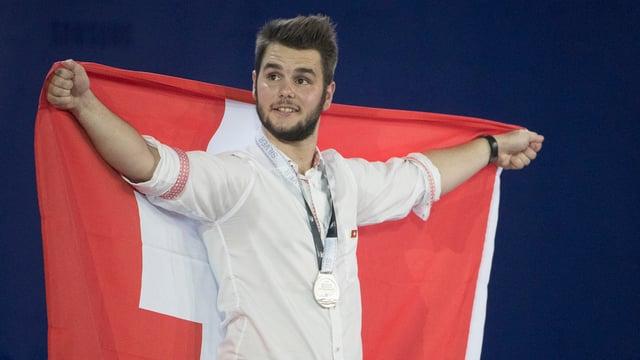 Heiko Zumbrunn hält eine Schweizer Flagge