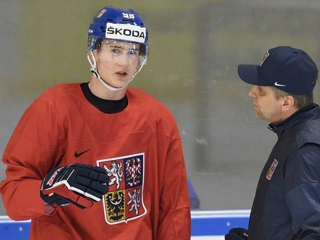 Martin Necas (links) im Gespräch mit einem Trainer